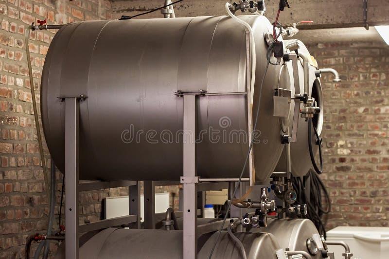 Ausrüstung auf einer kleinen Brauerei stockbild