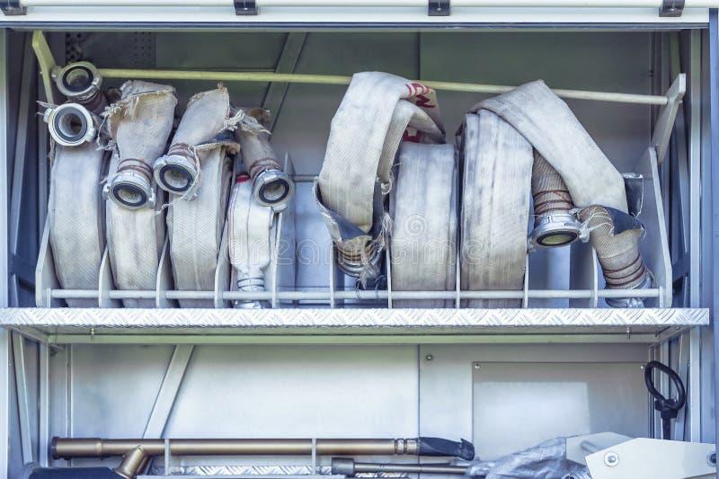 Ausrüstung des Löschfahrzeugs: Hochleistungswasserschläuche stockbild