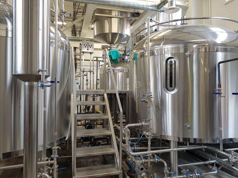 Ausrüstung einer modernen Brauerei stockfotografie