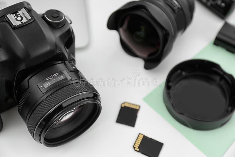 Ausrüstung für Fotografen auf Tabelle, Fokus stockfotografie