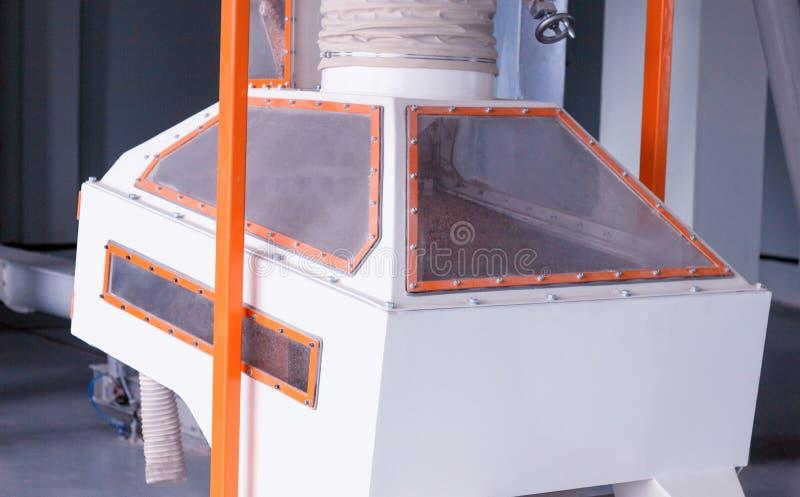 Ausrüstung für Reinigungskorn in einer modernen Anlage für die Verarbeitung von Mais und die Herstellung des Mehls und der Mehlpr lizenzfreies stockfoto