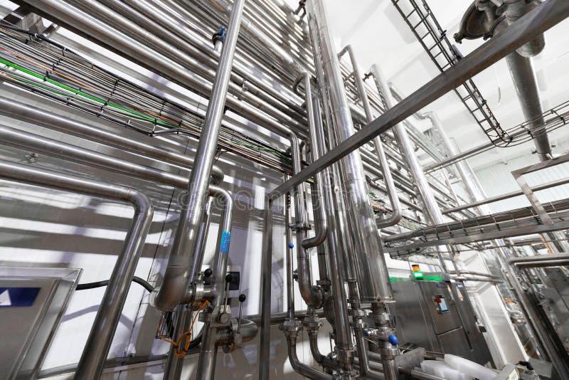 Ausrüstung, Kabel und das Leiten fanden Innere des modernen Wirtschaftsmachtkraftwerks stockfotos
