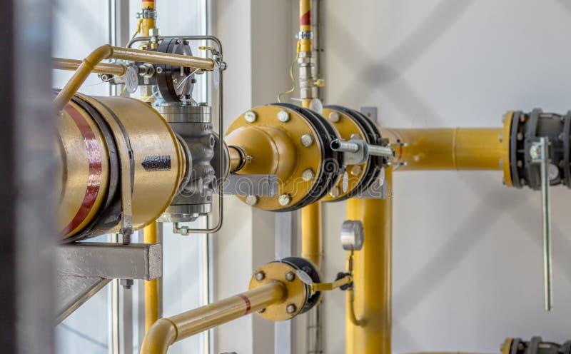 Ausrüstung, Kabel und Rohrleitung fand so Innere einer industriellen Werkstatt, Gasrampe stockbild