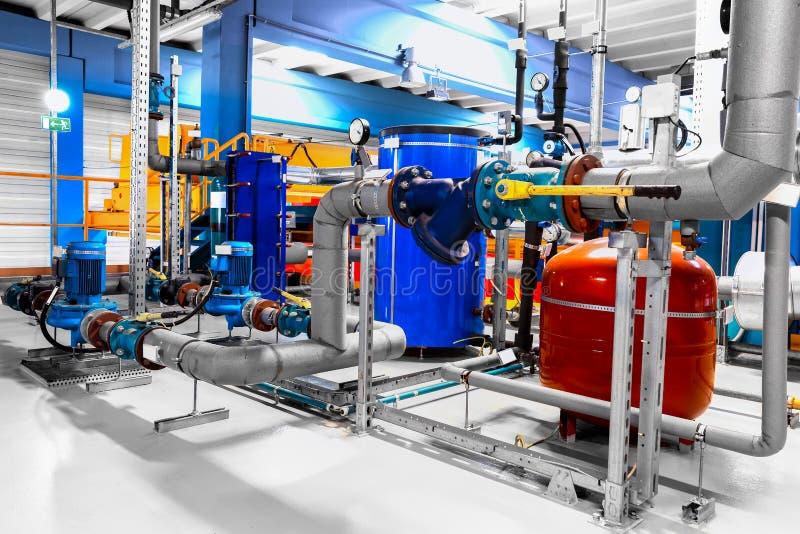 Ausrüstung, Kabel und Rohrleitung, wie innerhalb industriellen gefunden stockbilder