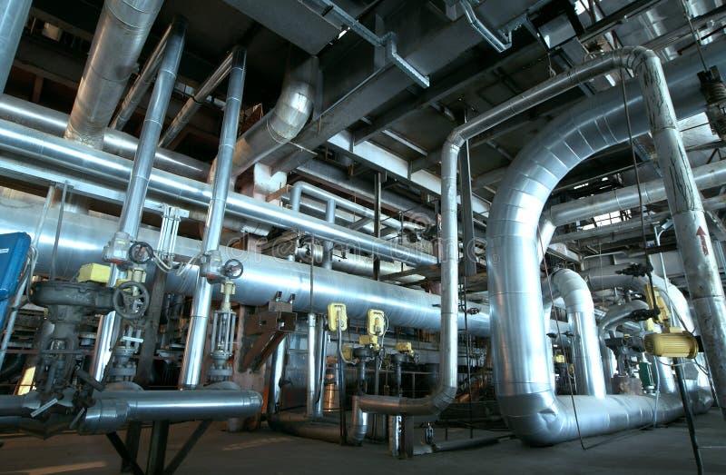 Ausrüstung, Seilzüge und Rohrleitung an der Anlage lizenzfreies stockbild
