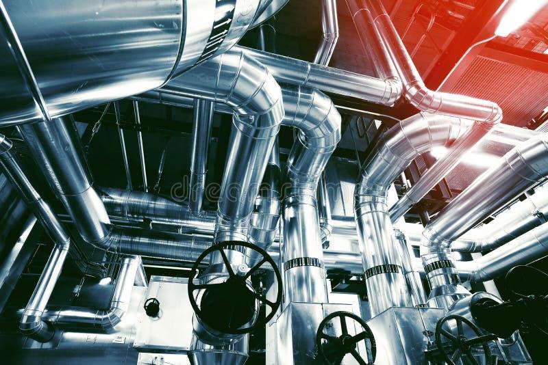 Ausrüstung, Seilzüge und Rohrleitung an der Fabrik stockfoto