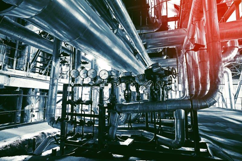 Ausrüstung, Seilzüge und Rohrleitung an der Fabrik lizenzfreie stockfotos