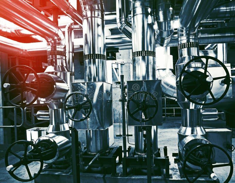 Ausrüstung, Seilzüge und Rohrleitung an der Fabrik lizenzfreies stockbild