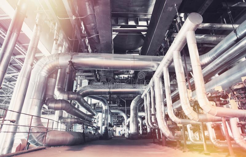 Ausrüstung, Seilzüge und Rohrleitung an der Fabrik lizenzfreie stockbilder