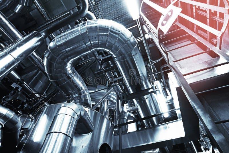Ausrüstung, Seilzüge und Rohrleitung an der Fabrik stockbilder