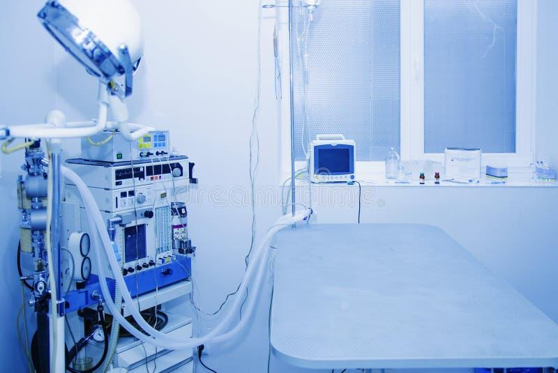 Ausrüstung und medizinische Geräte in moderner Veterinäroperationsraum Gesundheit, Tier, Krankenhaus, Behandlung, Medizinkonzept lizenzfreie stockfotografie