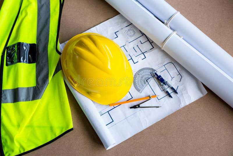Ausrüstung und Pläne verwendet für Zimmerei stockbilder
