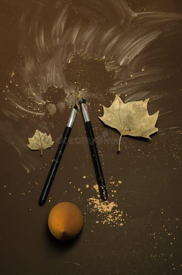 Ausrüstung von zwei Make-upbürsten mit Herbstsaisonthema stockbild