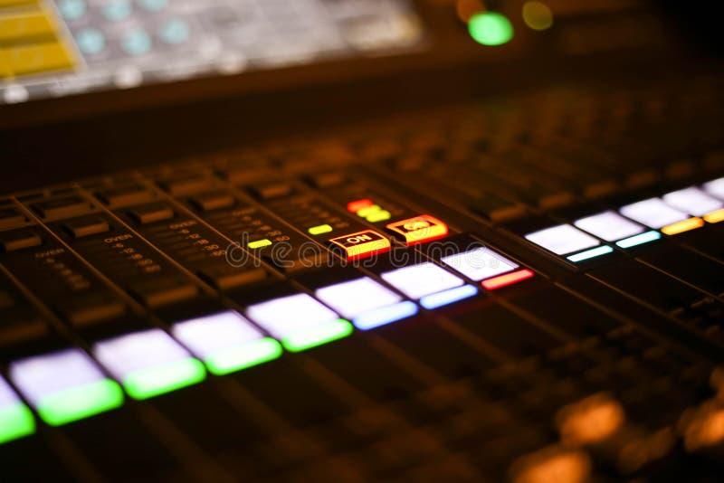 Ausrüstung zur Tonmeistersteuerung in Studio Fernsehsender, Audio und Video-Produktions-Rangierlok des Fernsehens übertrugen lizenzfreie stockbilder
