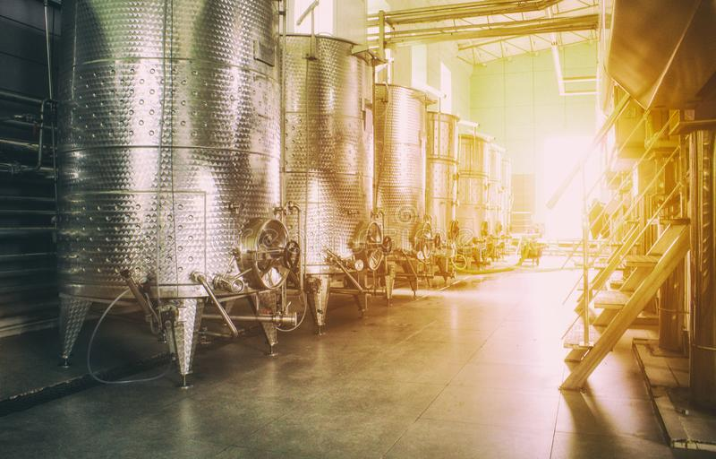 Ausr?stung der zeitgen?ssischen Winemakerfabrik lizenzfreie stockfotografie