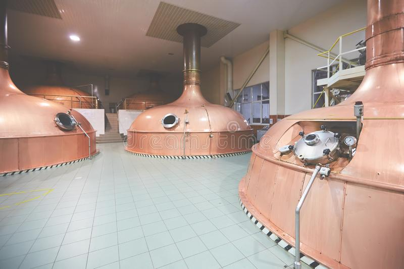 Ausr?stung f?r Vorbereitung des Bieres Linien von Fassbinderbehältern in der Brauerei Manufacturable-Prozess von Brewage Modus de stockfoto