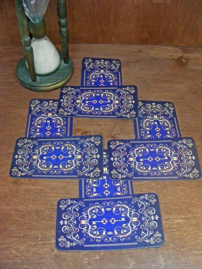 Ausrichtung von Tarockkarten mit blauem hinterem Entwurf, alte Sanduhr lizenzfreie stockfotografie