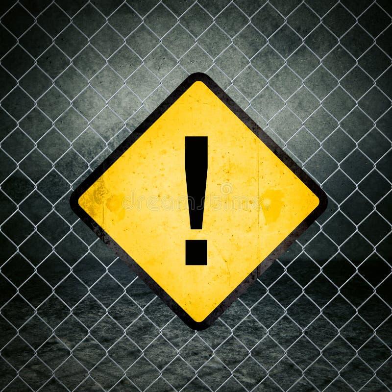 Ausruf Mark Grunge Yellow Warning Sign auf Maschendrahtzaun stockfotos