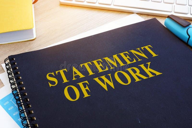 Aussage über Arbeit SOW über einen Schreibtisch stockbild