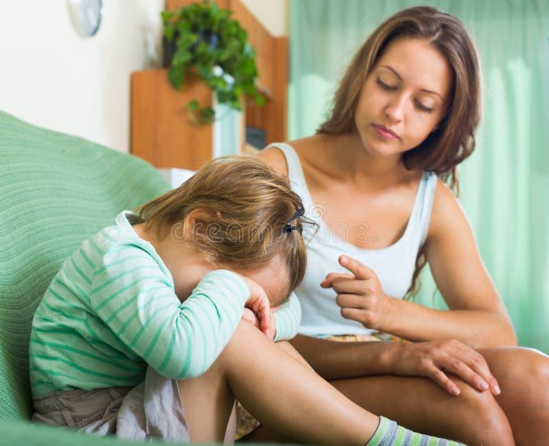 Ausscheltendes schreiendes Kind der Mutter lizenzfreies stockbild