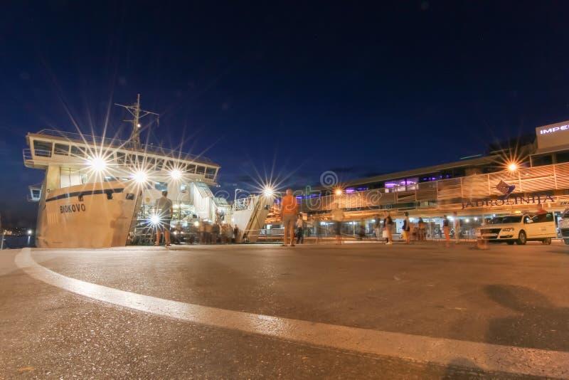 Ausschiffung das Schiff in der Fährhafen Spalte lizenzfreie stockfotografie