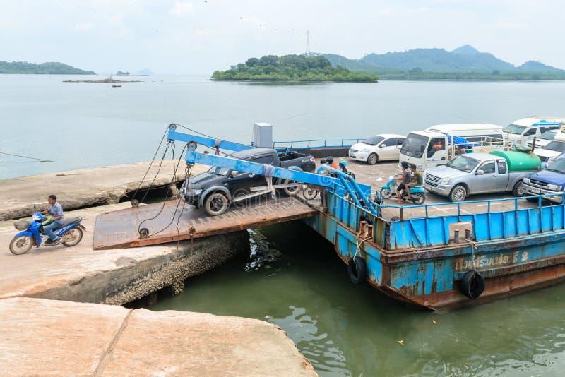 Ausschiffung des Fährenschiffes für Passagiere und Autos in thailändischem lizenzfreie stockfotografie
