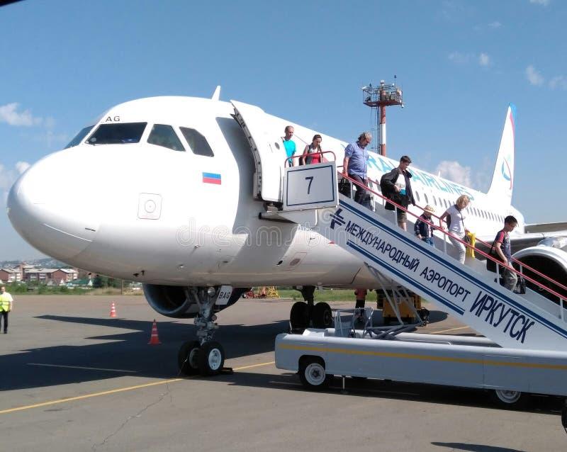 Ausschiffung am Flughafen stockbild
