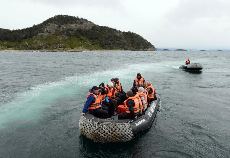 Ausschiffung von Touristen vom Kreuzschiff u. vom x22; Über Australis& x22; auf der Insel von Navarino-Bucht, Wulaia stockbild
