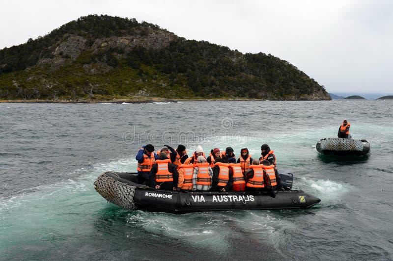 Ausschiffung von Touristen vom Kreuzschiff u. vom x22; Über Australis& x22; auf der Insel von Navarino-Bucht, Wulaia stockfotos