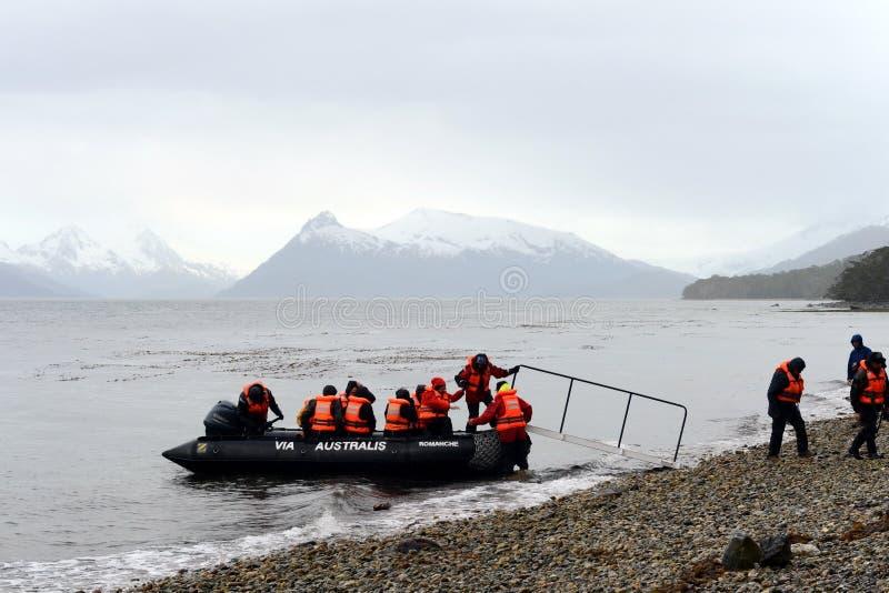 Ausschiffung von Touristen vom Kreuzschiff zum Aguila-Gletscher im südlichen Patagonia lizenzfreie stockfotos