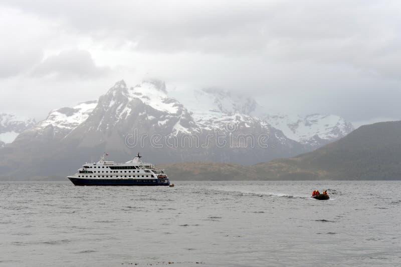 Ausschiffung von Touristen vom Kreuzschiff zum Aguila-Gletscher im südlichen Patagonia lizenzfreie stockbilder