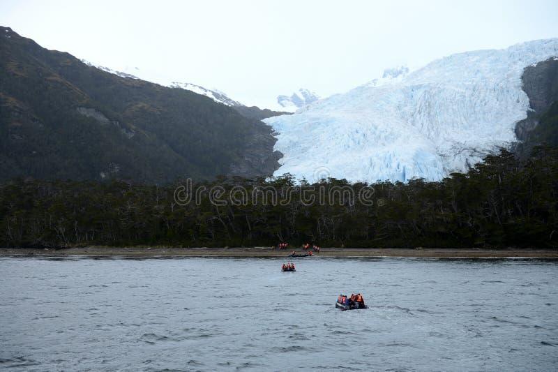 Ausschiffung von Touristen vom Kreuzschiff zum Aguila-Gletscher im südlichen Patagonia stockfotografie