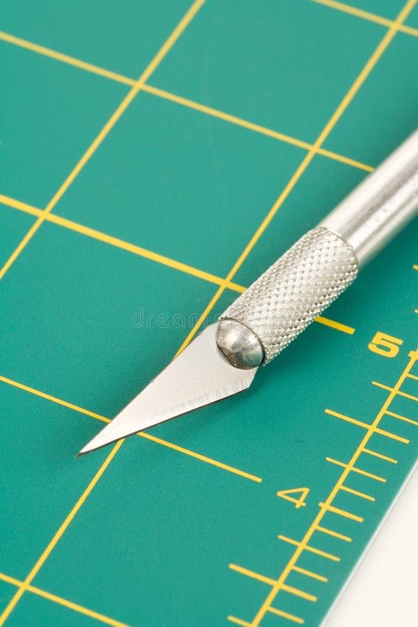 Ausschnitt-Matte und Messer stockfoto