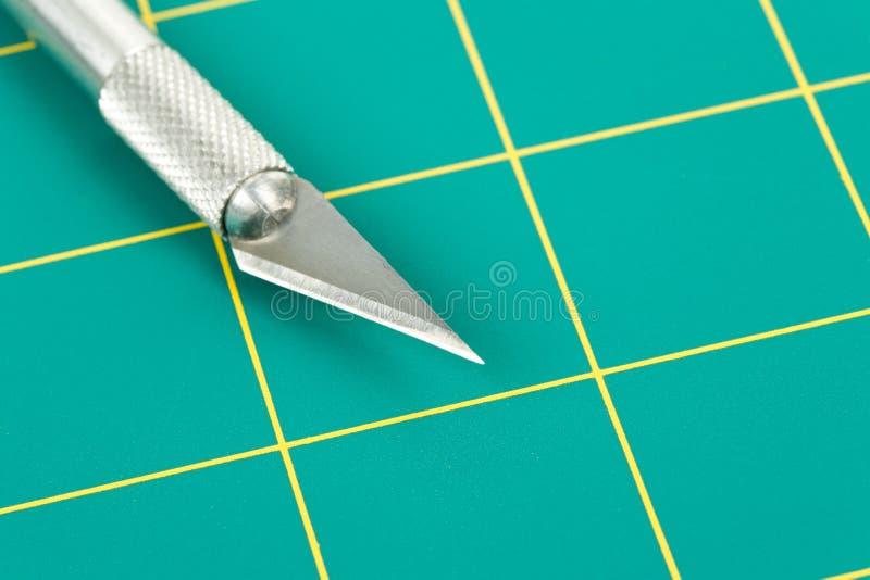 Ausschnitt-Matte und Messer lizenzfreie stockfotografie