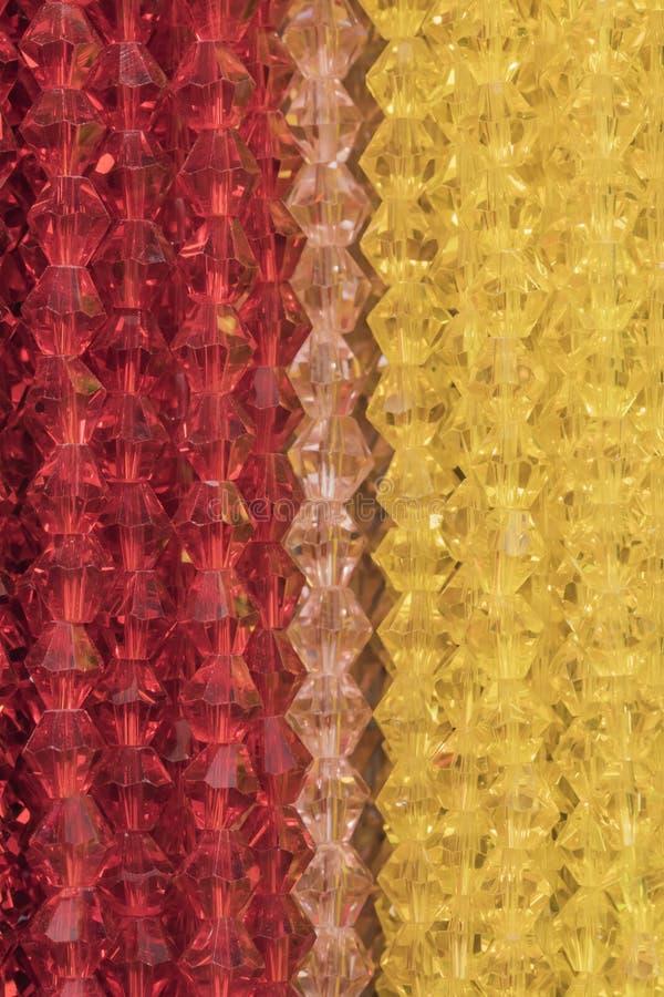 Ausschnittbeschaffenheitsnahaufnahme auf mehrfachen transparenten roten und gelben Di lizenzfreie stockbilder