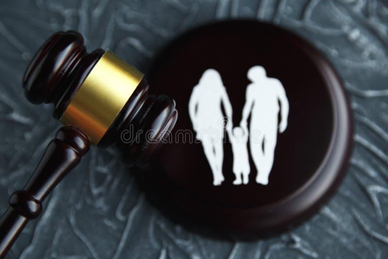 Ausschnittfamilie und bunte Buchstaben betreffend Sorgerecht und Familienrecht concep lizenzfreies stockbild