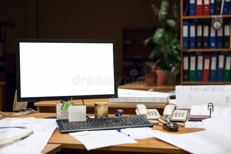 Ausschnittschirm des Computermonitors auf Schreibtisch nachts, führend mit Zeichnungen aus stockbild