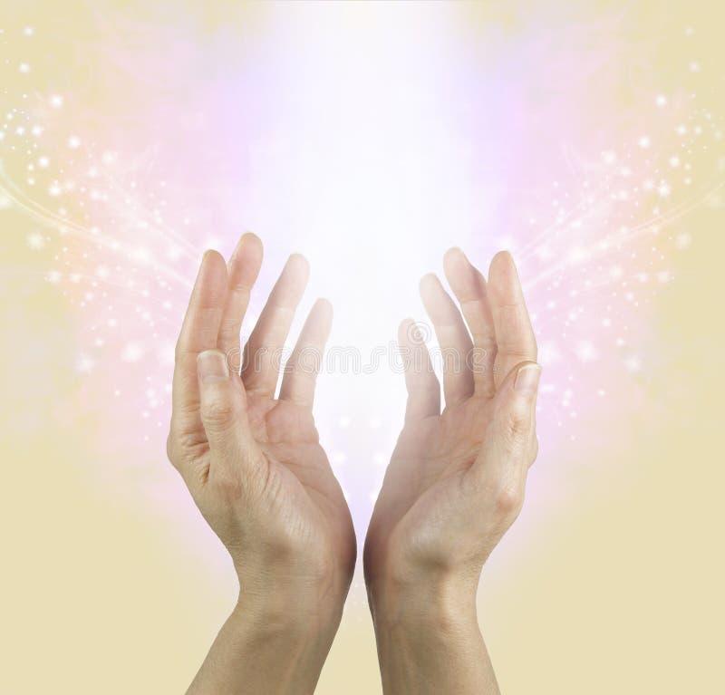 Aussenden der schönen Energie und Lieben von Güte stockbild