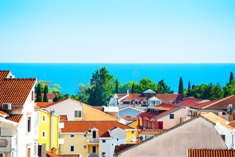 Aussicht auf das Meer und die Dächer von Budva, Montenegro lizenzfreies stockbild