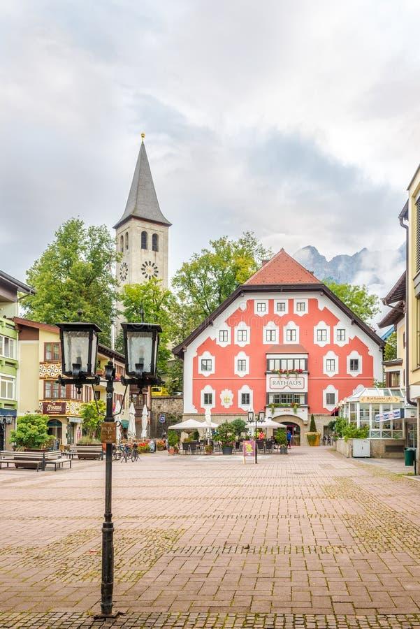 Aussicht auf das Rathaus von Saalfelden am Steinernen Meer in Österreich stockfotografie