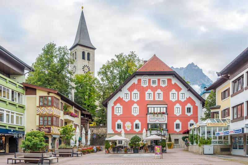 Aussicht auf das Rathaus von Saalfelden am Steinernen Meer in Österreich lizenzfreie stockbilder