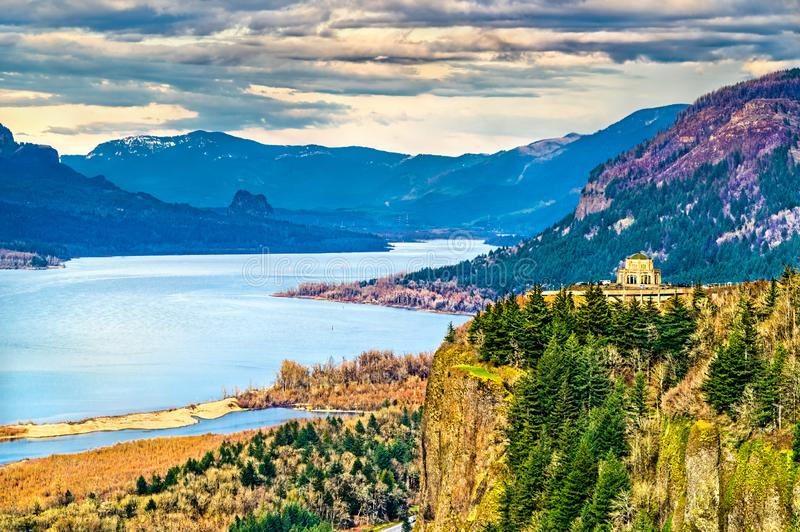 Aussicht auf das Vista House an Crown Point oberhalb des Columbia River in Oregon lizenzfreies stockfoto