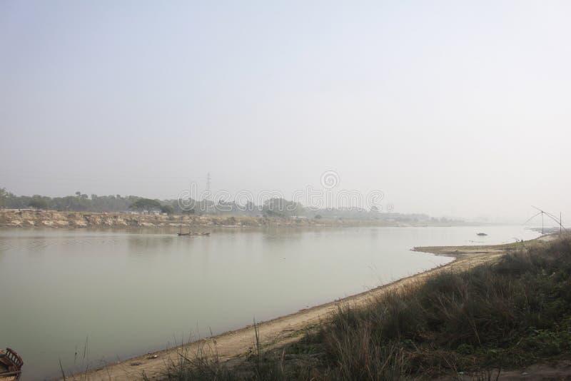 Aussicht auf den Brahmaputra-Fluss in Mymensingh stockfotos