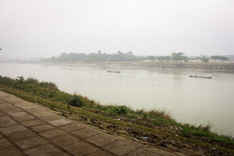 Aussicht auf den Brahmaputra-Fluss in Mymensingh stockbilder