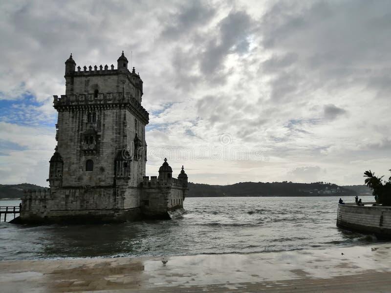 Aussicht auf den Torre von Belem und den Fluss Tajo-Lisboa-Portugal stockfotografie