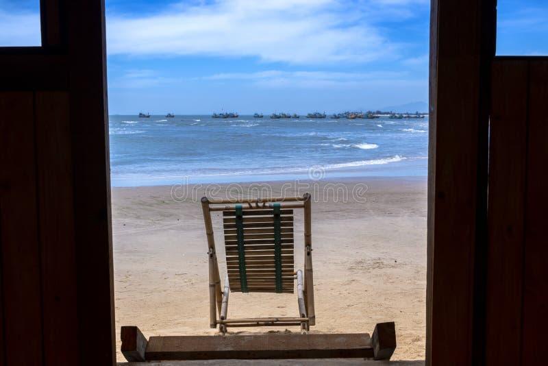 Aussicht auf den tropischen Strand durch eine Strandhütte vor der Tür