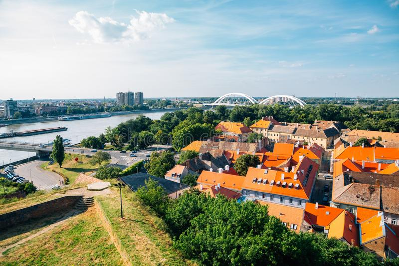 Aussicht auf die Altstadt von der Festung Petrovaradin in Serbien lizenzfreie stockfotografie