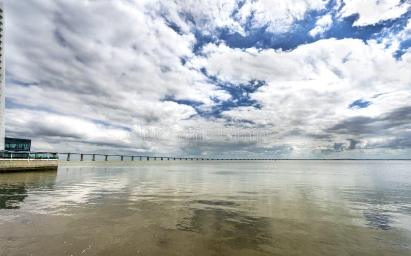 Aussicht auf die Brücke Vasco da Gama an einem bewölkten Tag Lissabon, Portugal lizenzfreie stockbilder