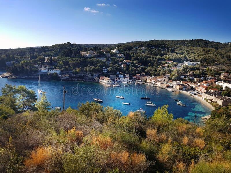 Aussicht auf die Bucht von Paxos mit Yachten und der Sonne stockbilder