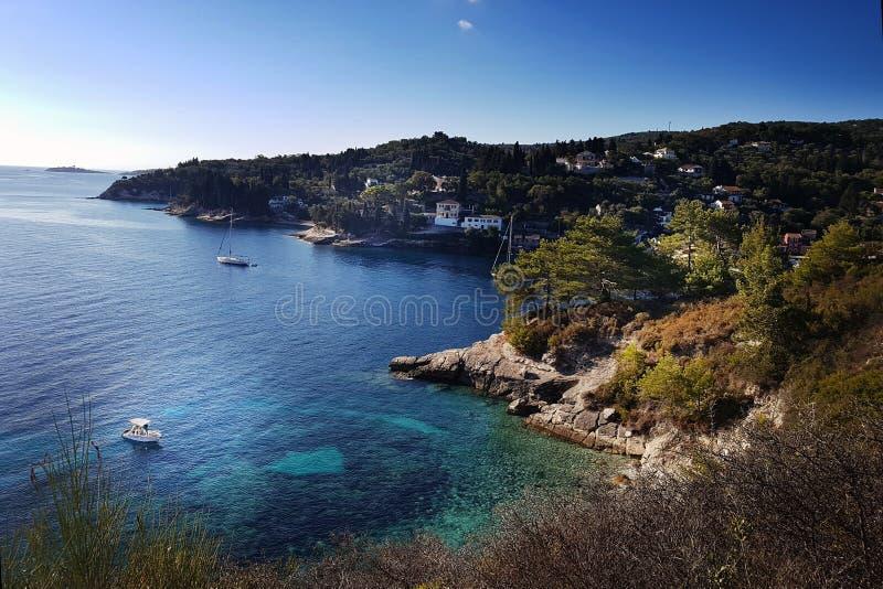 Aussicht auf die Bucht von Paxos mit Yachten und der Sonne stockfoto